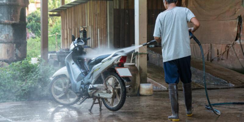 Com netejar la moto, un mal son…