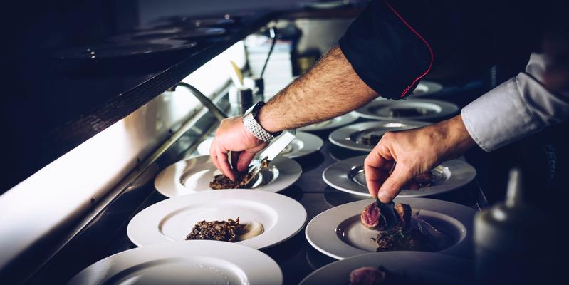 Els cuiners manipulen aliments amb mans brutes?