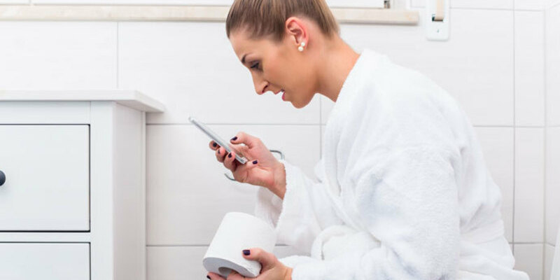 Un costum molt poc higiènica, emportar-se el mòbil al bany